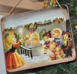 """Placa puerta vintage cartón maché. 12,4 X 11 cm, con cordel. """"Casita nevada""""."""