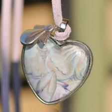 "Medalla corazón plateado con cristal lupa: 2'5 cm . Imagen ""Angelito rezando""."