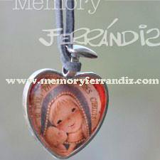 "Medalla corazón plateado con cristal lupa  2'5 cm . Imagen ""Virgen Gótica plateada""."