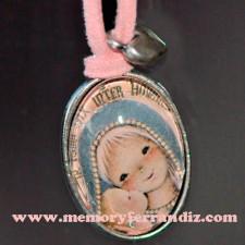 """Medalla plateada ovalada con cristal lupa 2x3 cm. """"Virgen gótica plateada"""""""