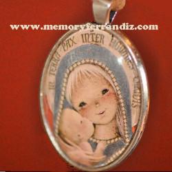 "Medallón plateado con cristal lupa 30 x 40 mm. ""Virgen gótica plateada"". En cajita de regalo"