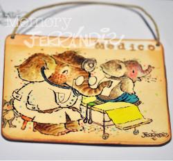 """Placa puerta vintage cartón maché. 12,4 X 11 cm, con cordel. Elefante """"MÉDICO"""""""