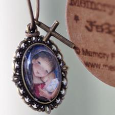 "Medallita bronce ovalada  con cristal lupa 13x18 mm. Imagen ""Virgen Pórtico""."