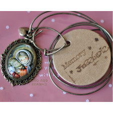 """Medalla dorada ovalada 2x3 cm con cristal lupa. Imagen """"Retablo Virgen""""."""