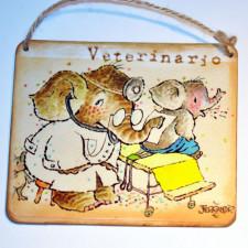 """Placa puerta vintage cartón maché. 12,4 X 11 cm, con cordel. Elefante """"VETERINARIO"""""""