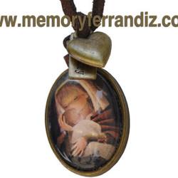 "Medalla bronce ovalada con cristal lupa de 2x3 cm: ""Virgen canela"". Cinta de ante café y mini corazón dorado."
