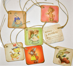 "Placas mini 6 x 6 cm. Set 6 placas mini ""PASCUA"" con cordel rústico"