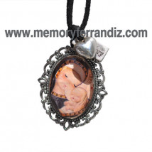 """Medalla plateada. Ovalada con cristal lupa 2x3 cm  . Imagen """"Virgen gótica manto negro""""."""