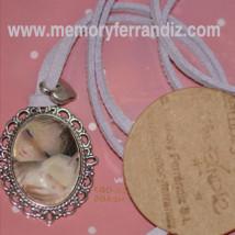 """Medalla plateada ovalada 2x3 cm con cristal lupa. Imagen """"Virgen lila""""."""