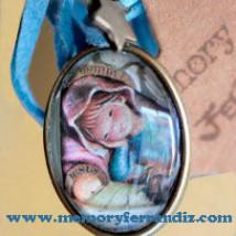 """Medalla bronce cristal lupa 2x3 cm .""""Virgen retablo azul"""""""