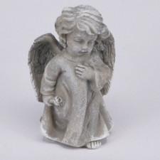 Figurita Angelito resina color piedra-gris. Altura: 8,5 cm. Apariencia figurita piedra